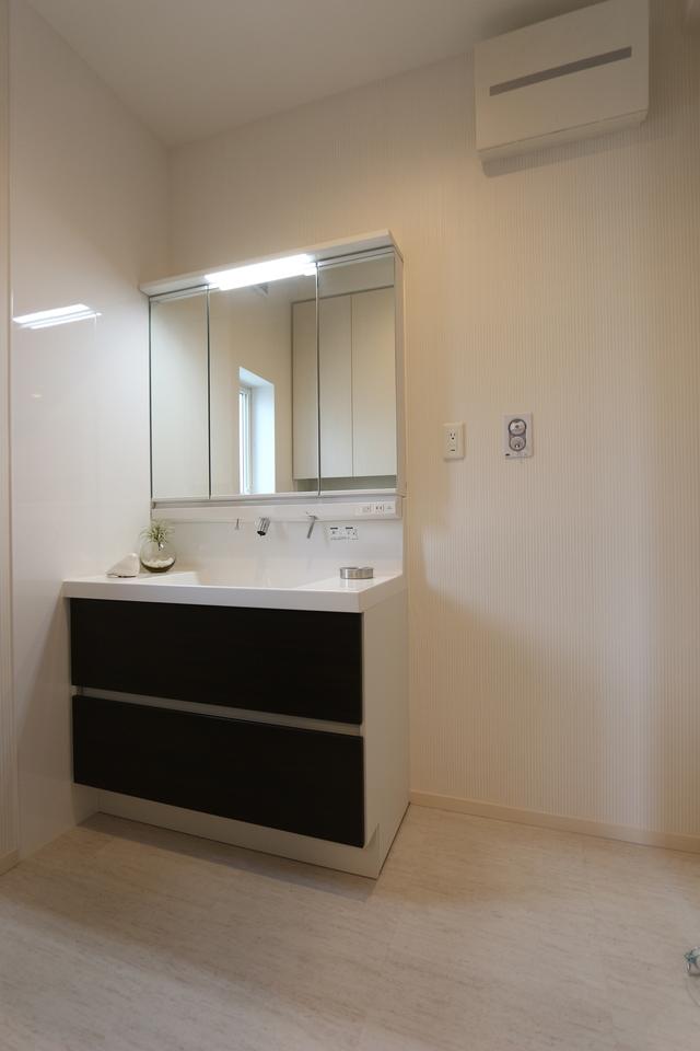 キッチンから直接入れる便利な間取り。 洗面台の向かい側にも収納スペースがあり、 タオルや化粧品、日用品のストックを すっきり納めて頂けます。