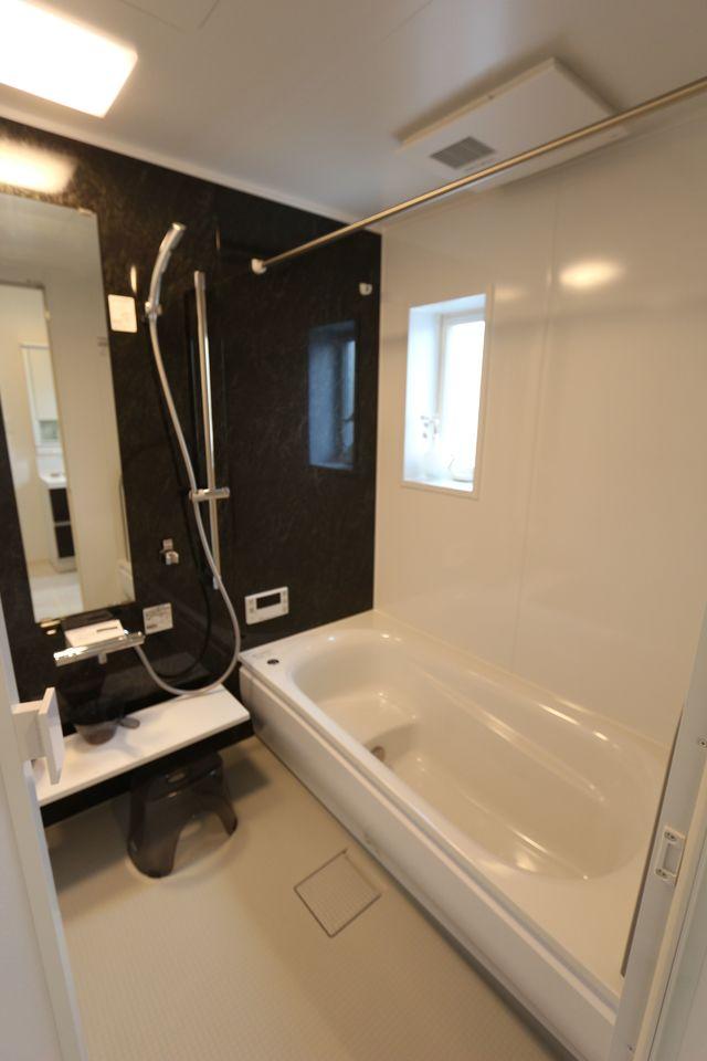 1坪サイズの浴室で足をのばして おくつろぎ下さい。 追い焚き機能、浴室乾燥機を完備。 キッチンからボタン一つでお湯はりができる オートバスを採用。