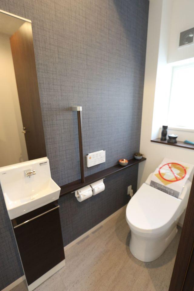 1・2階に洗浄便座を設置。 タンクレスでお掃除がとっても楽ですね。 1階には手洗いも完備しました。
