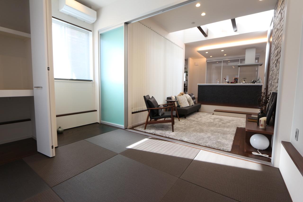 シックな色合いの畳を採用した お洒落な和室。 リビングとの間はクリアタイプの 建具を採用し、圧迫感を軽減しております。