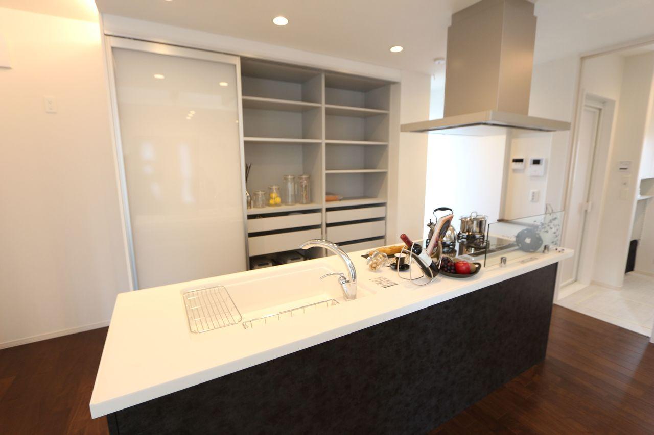 キッチン奥には大容量の収納スペース! スライドドアで食器の出し入れも楽々です。 下段にはゴミ箱を納めて頂ける 便利な設計♪