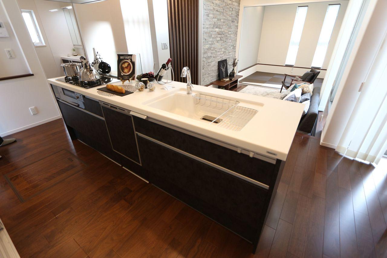 食器洗浄乾燥機を設置し 家事の負担を軽減します。 お二人で立たれてもゆとりある 広さです。 床下収納庫も完備しました。