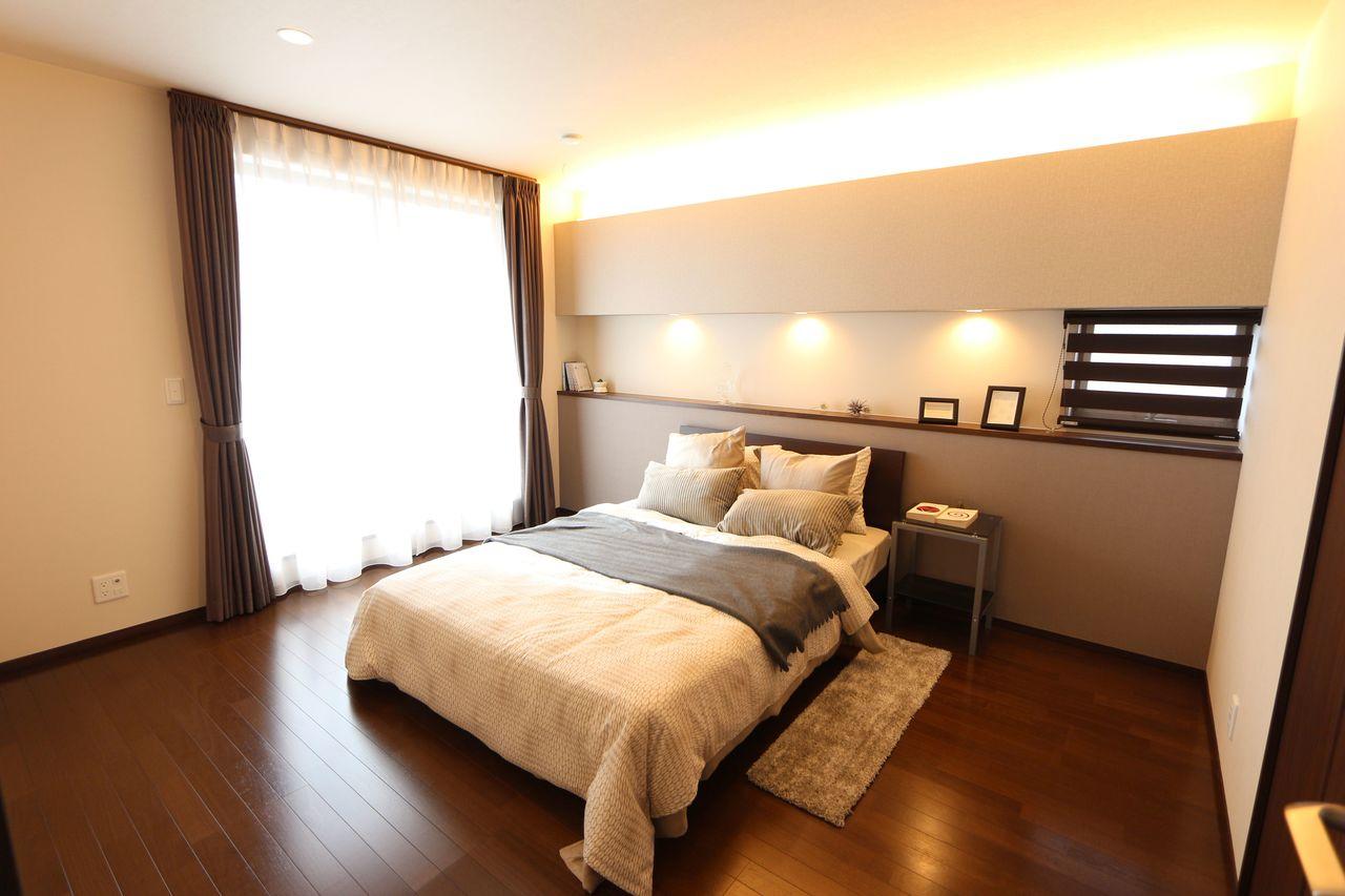 8.4帖の主寝室は間接照明をもちいた シックな内装。 家具はついておりますので、すぐに お住まい頂けます。