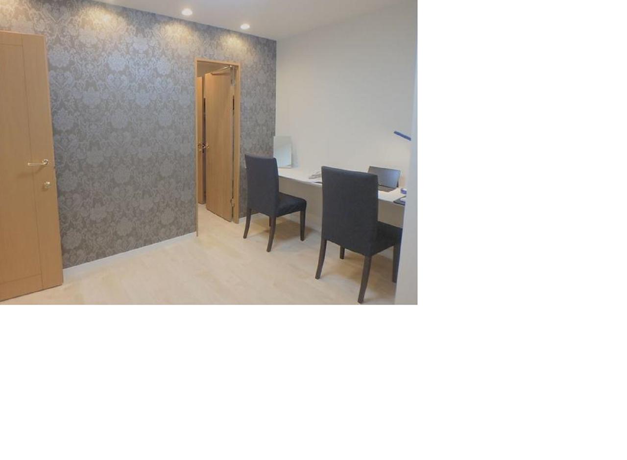 カウンタースペースのある、壁紙がおしゃれな洋室です♪