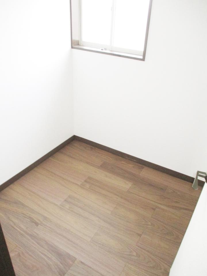 季節物等の収納に便利な廊下にある納戸