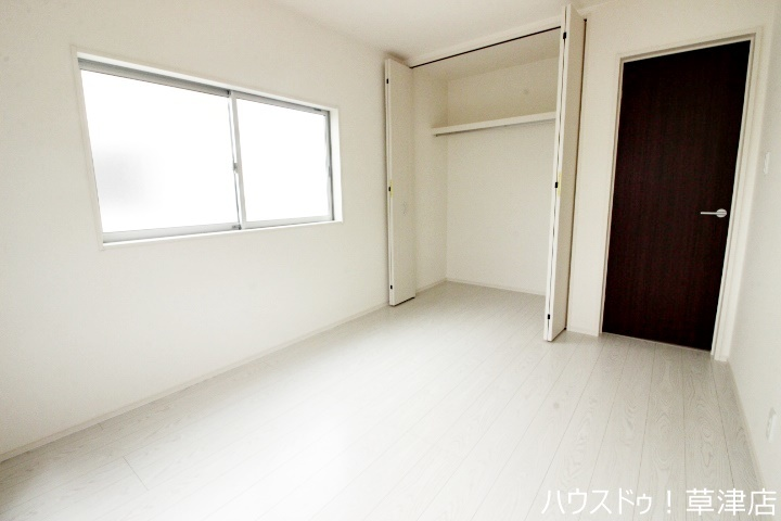 約6帖の洋室です。このお部屋は誰のお部屋にしましょうか?仲良くじゃんけんで決めましょう♪