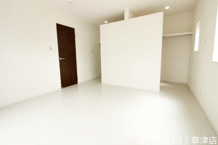 約8帖の主寝室です。大きなウォークインクローゼットが付いているのですっきりと空間を使えます。窓が沢山あるので採光・風通しも良好。