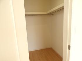 ◆主寝室のWIC:L号棟(4/8撮影) 全棟にウォークインクローゼット付!収納内は棚板もあり、収納しやすく整理整頓できそうです!