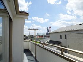 ◆バルコニー:L号棟(4/8撮影) 南向きのバルコニーは日当たりも良く、洗濯物も気持ち良く干せそうです。