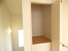 ◆2階廊下収納:L号棟(4/8撮影) 2階へ上がると、階段横にも収納付!お掃除用具や季節物の家具・家電などの収納に便利なスペースです!