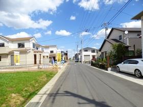 ◆前面道路(4/8撮影) 前面道路は約8mの公道に面しているので、駐車が苦手な奥様もラクラク。