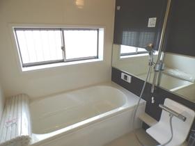 ◆浴室:L号棟(4/8撮影) 1坪以上広さを設けた浴室でゆったりバスタイム!横長の大きな鏡は浴室内が広く感じられ、高級感があります。