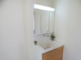 ◆洗面台:L号棟(4/8撮影) リビングと廊下からの2WAY導線で、奥様も家事もスムーズに! L号棟の洗面は広々サイズ!忙しい朝もゆとりがもてそうです。