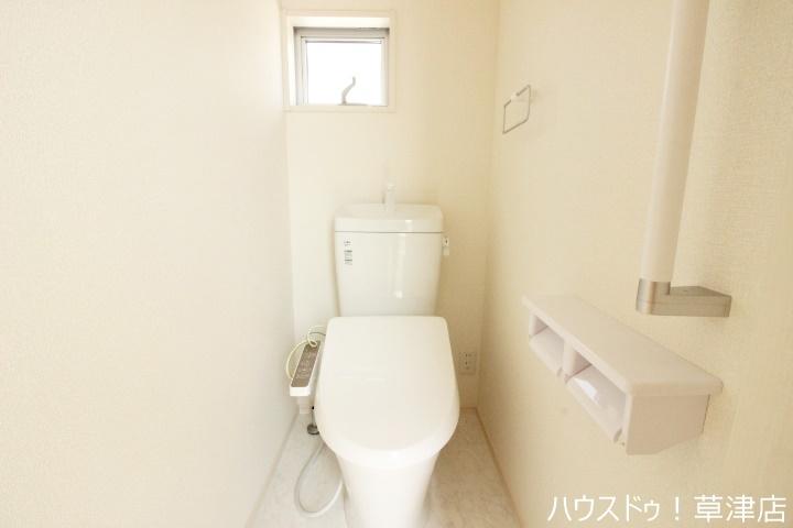 白を基調とした清潔感のあるトイレで嬉しいですね。落ち着く空間をお約束します。