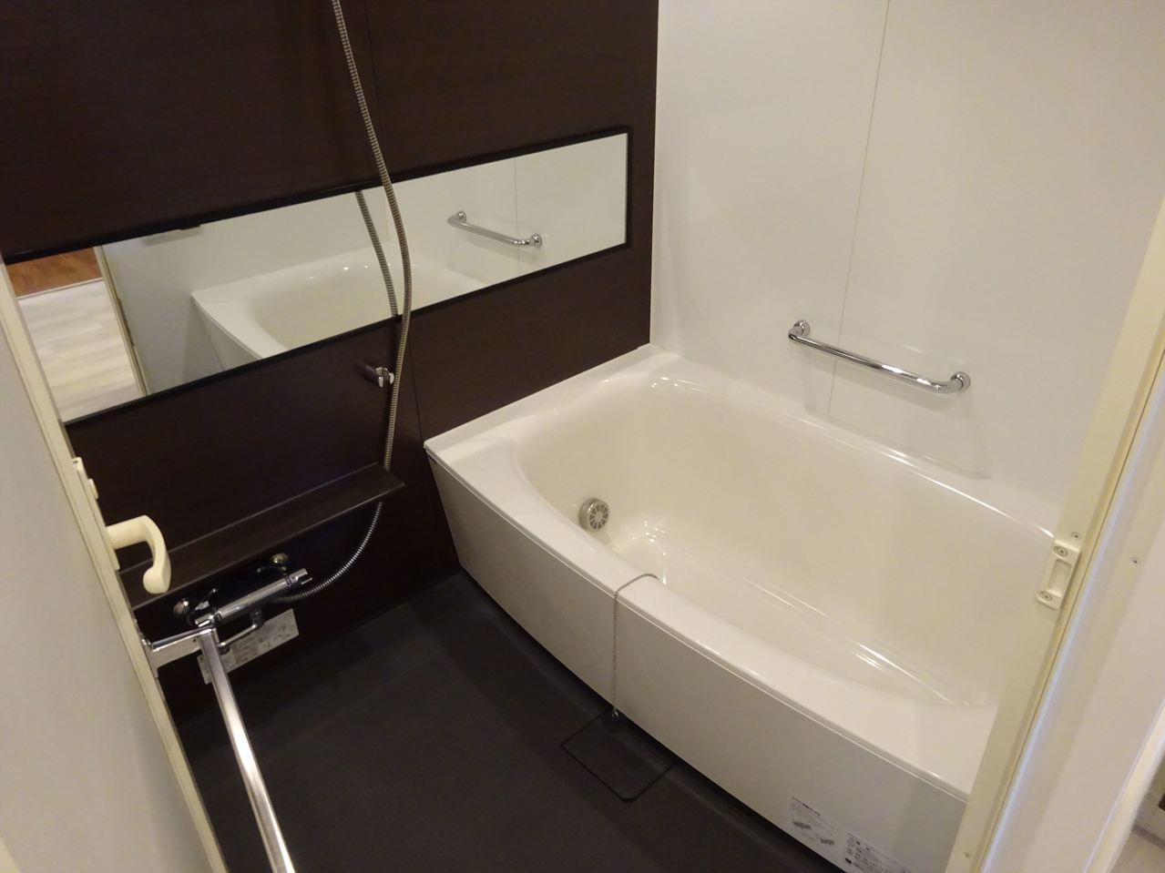 清潔感のあるスタイリッシュな浴室