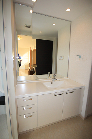 ワイドな鏡を備えたゆったりサイズの洗面台です。