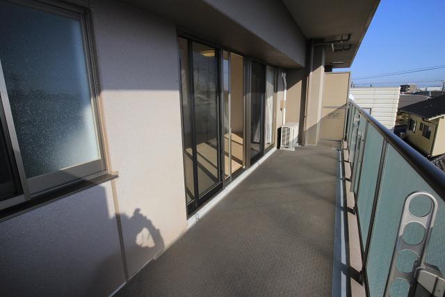 奥行きゆったりの南向きバルコニー。前面棟もございませんので日当たり眺望良好です♪