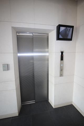 防犯用のモニター付きエレベータで安心です。
