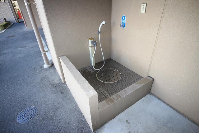 ペット専用の洗い場がございます。お散歩の後はこちらをお使い下さい。