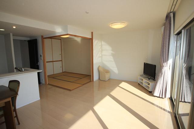 LDKと隣接する和室の襖を開放すれば22.1帖の大空間が広がります。