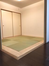 新築時、グレードアップオプション施工の一つ。琉球風畳に縁を板畳にしています。モデルルームのようなオシャレな雰囲気ですね。