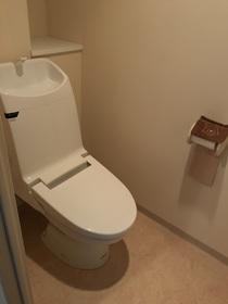 もちろん洗浄機能付き便座です。収納部部もあり、ゆとりのトイレです。