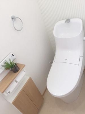スッキリとしたデザインの温水洗浄便座付きトイレ。 1Fと2Fそれぞれにトイレあります。