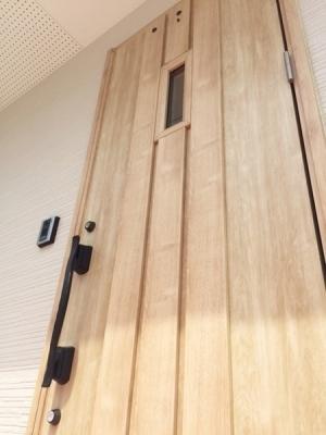 玄関部ドア、あたたかみを感じられるかわいい玄関部