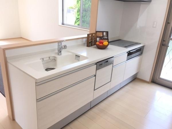 おしゃれで清潔感のある人造大理石トップボード、防汚ウォールで、お手入れがラクなキッチン