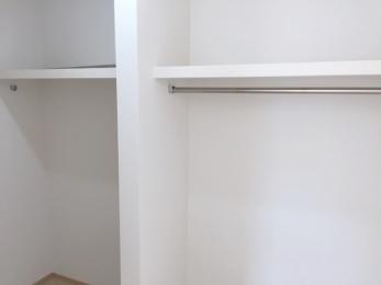 たっぷりの収納スペースで快適に暮らせそう。上部棚・2列ポールの便利収納
