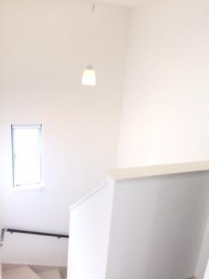 階段部分も窓付きで明るいイメージに