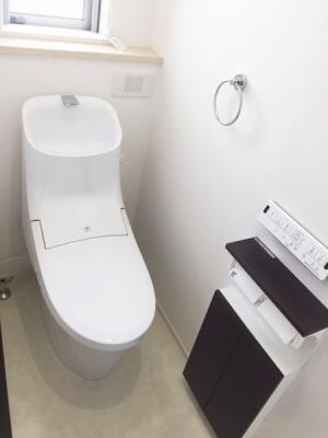 スッキリとしたデザインの温水洗浄便座付きトイレ。