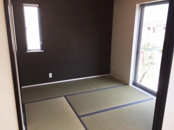 床が柔らかい和室はお子様の遊び部屋としてもお使いいただけます。リビング隣、南面にあるので日当たり良好!