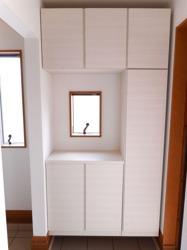 玄関には大容量のシューズボックスを設置しました。 40足程入りますので、散らかりがちな場所の整理に大活躍です (同仕様)