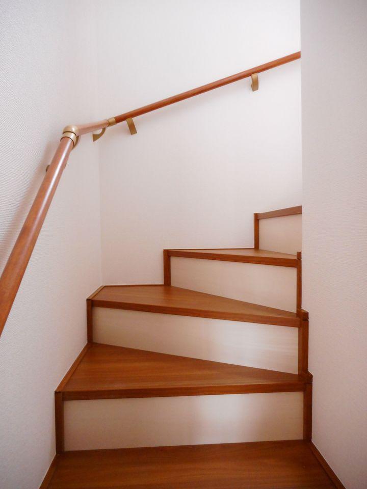 階段は手すり付き。お子様やお年寄りでも安心です。 (同仕様)