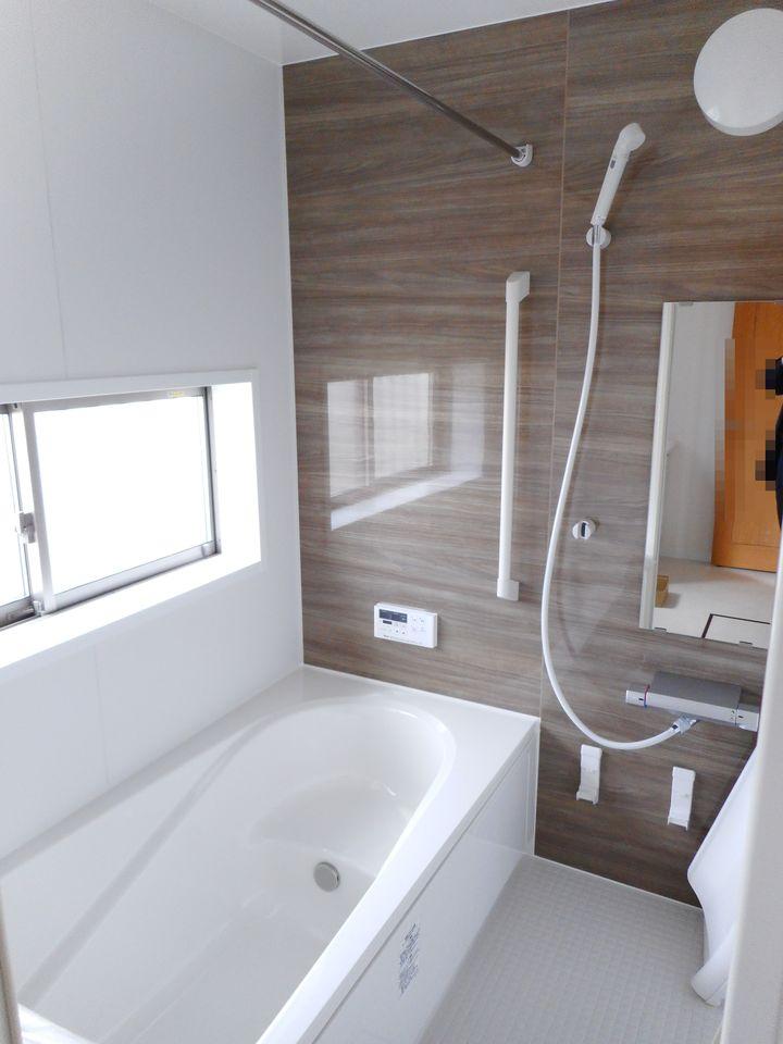 1坪サイズのゆったりした浴室で足を伸ばしておくつろぎ下さい♪ 浴室乾燥機付きで雨の日のお洗濯も安心です。 キッチンから、お湯はりや追い焚きの操作ができる便利なオートバスを採用。 (同仕様)