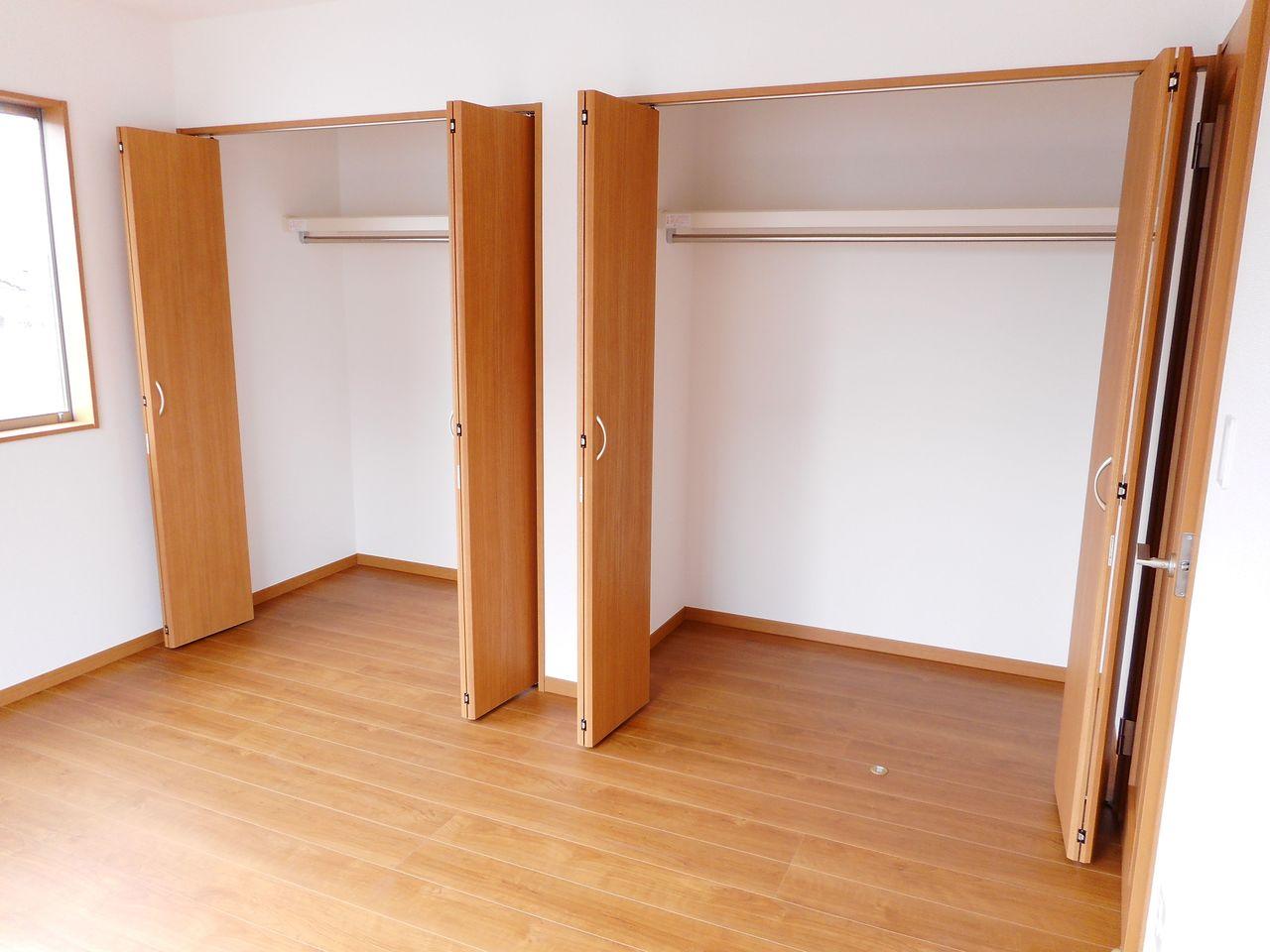 全ての洋室にクローゼットを設置。 沢山の衣類や小物もすっきり収納できますね。 (同仕様)