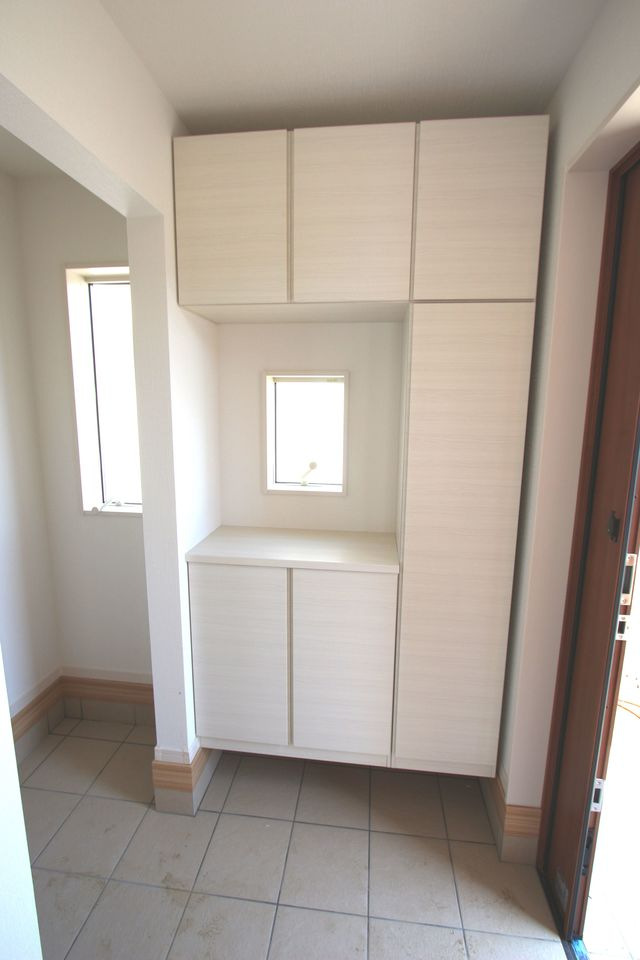 玄関には大容量のシューズボックスを設置しました。 40足程入りますので、散らかりがちな場所の整理に大活躍です