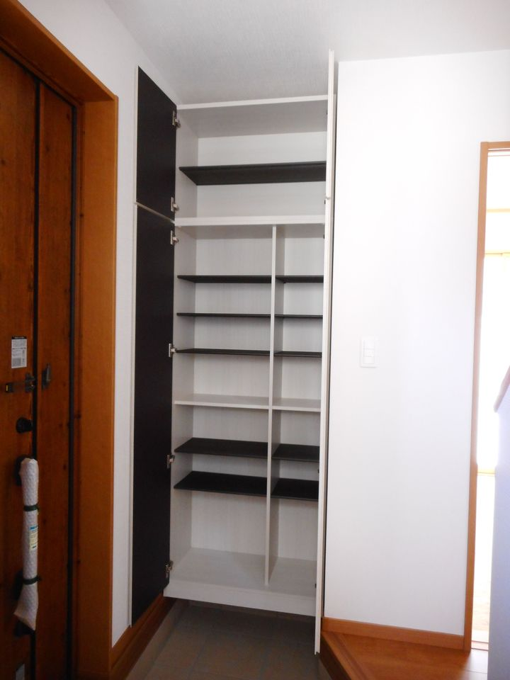 7帖洋室には壁一面にクローゼットを設置。 沢山の衣類や小物もすっきり収納できますね。 (同仕様)