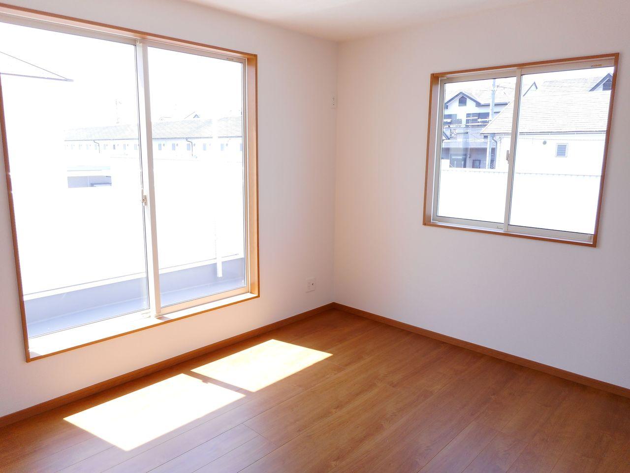 南向きの明るい室内です。 ポカポカと暖かいリビングでおくつろぎ下さい。 (同仕様)