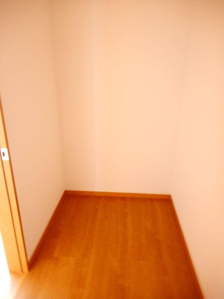 便利な勝手口を設置。 大型の引き出しと床下収納があり、沢山の調理器具もスッキリ整理できます。 (同仕様)