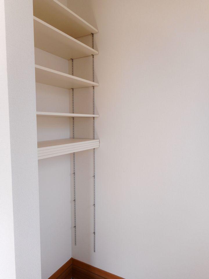 シューズクロークの棚は可動式。 レイアウトを自由に変更できますので ベビーカーなどもスッキリ収納して頂けます。