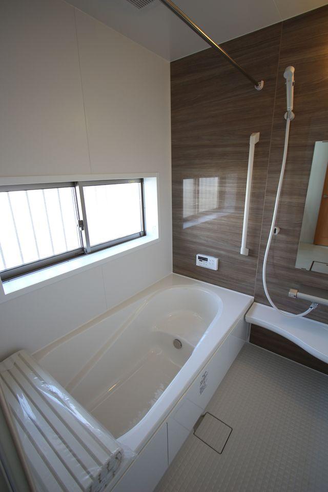 1坪サイズのゆったりした浴室で足を伸ばしておくつろぎ下さい♪ 浴室乾燥機付きで雨の日のお洗濯も安心です。 キッチンから、お湯はりや追い焚きの操作ができる便利なオートバスです。