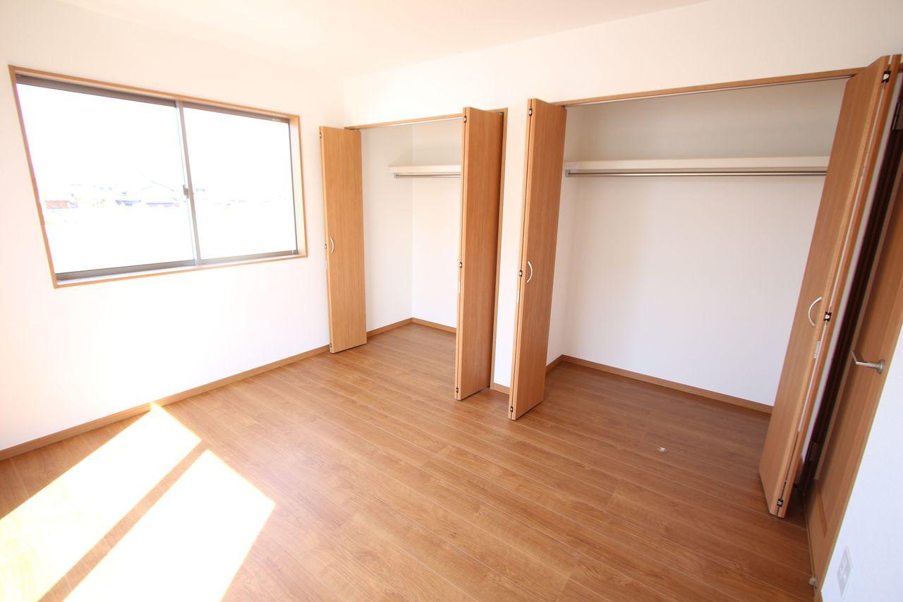 7帖洋室には壁一面にクローゼットを設置。 沢山の衣類や小物もすっきり収納できますね。