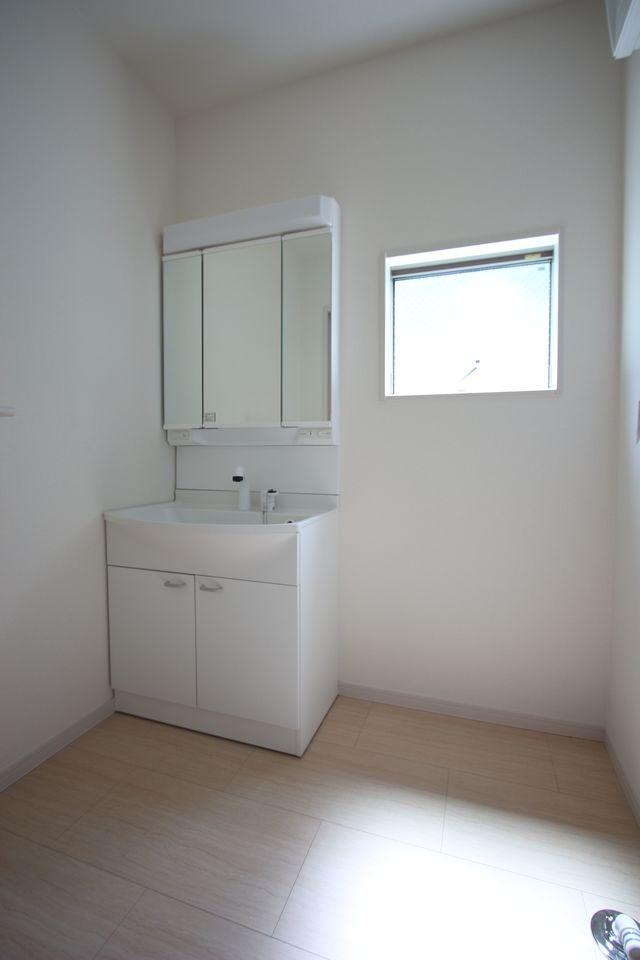 1階廊下にも収納がございます。 日用品のストックや掃除機の 定位置にいかがでしょうか? (同社施工例)