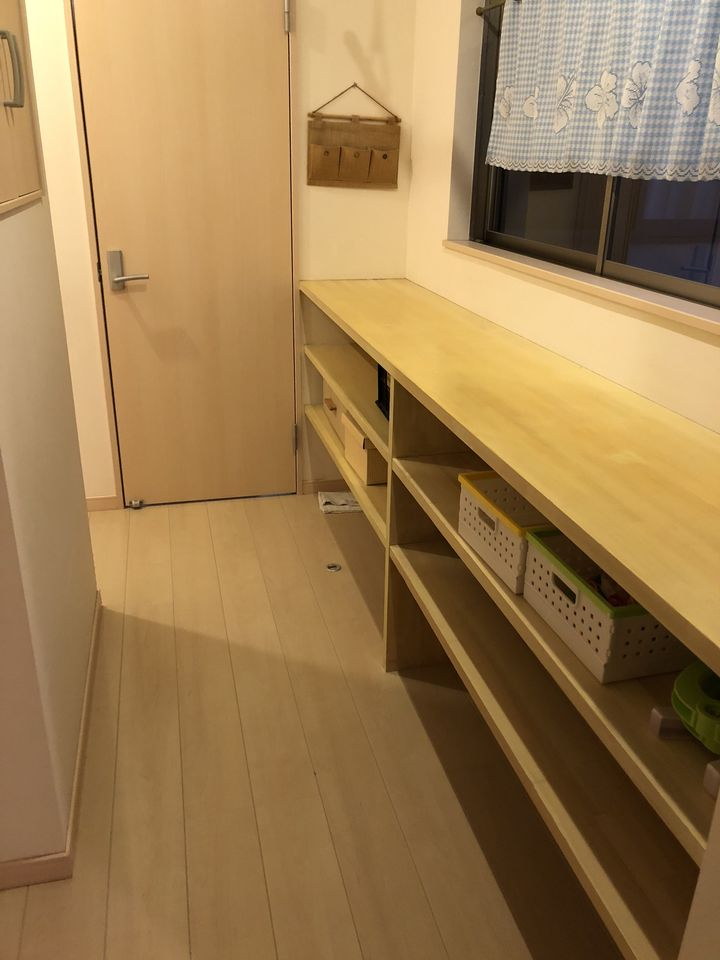 2階廊下に作り付けの棚がございます。 少しのスペースも無駄にせず 有効活用されています!!