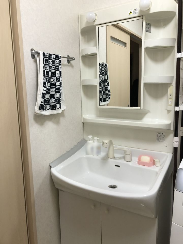 洗面台はシャワー付きです。 もちろんお湯も出ますので 寒い季節には嬉しい設備ですね。