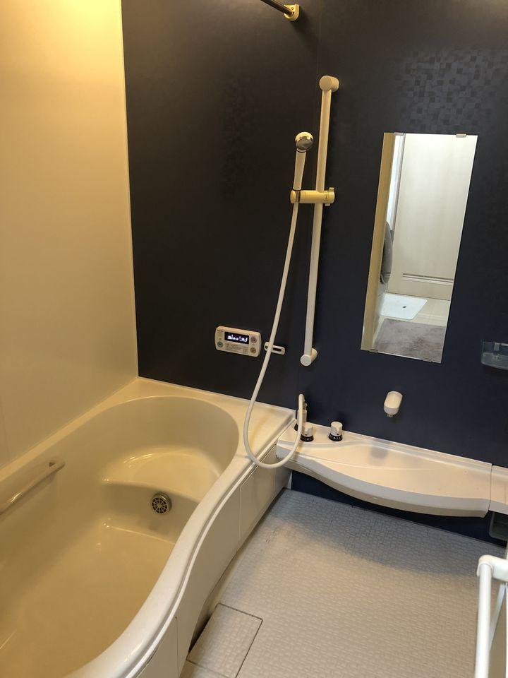 1坪以上の広さを確保した浴室。 足を伸ばして一日の疲れをいやして 頂ける大きな浴槽が自慢です。 浴室乾燥機と追い焚き機能を完備しました。