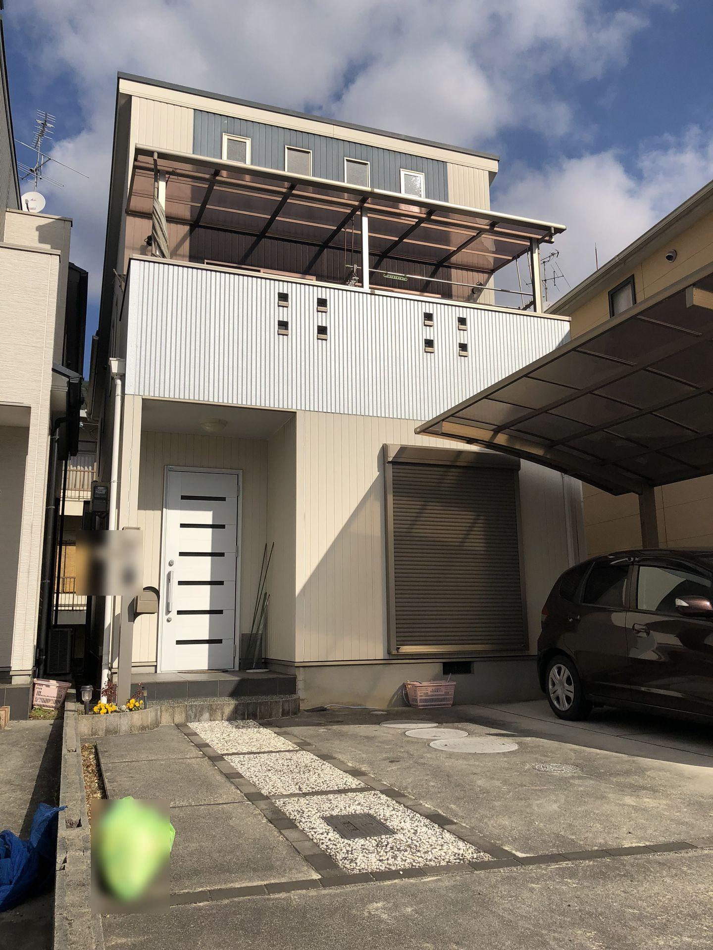 【外観写真】 平成19年完成の築浅物件です。 並列で駐車2台可能。 2室から出入りできるバルコニーから 光がたっぷり入る明るいおうちです。