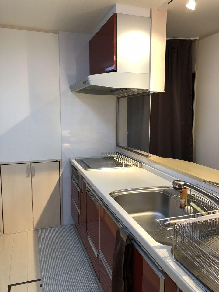 キッチン奥に物入れを設置。 調味料や日用品のストックに とっても便利なスペースですね。
